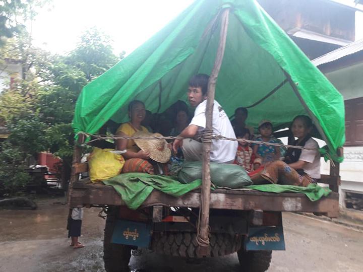 Photo by Ko Sai /နားလွယ်ရွာ လုံးလှဖွန်းဂိုဒေါင်မှ စစ်ဘေးရှောင်များ ပျော်ပျော်ပါးပါးနေရပ်ပြန်ကြစဉ်