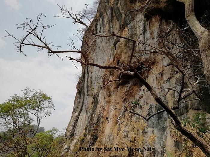 Photo by Sai Myo Mong Nai-တောင်ထိပ်ပိုင်း မတ်စောက်သောကျောက်ဖျာများ